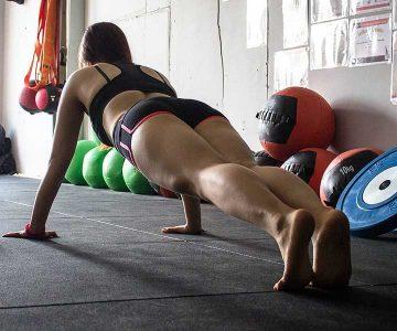 Groepsles vrouw die doet aan coretraining