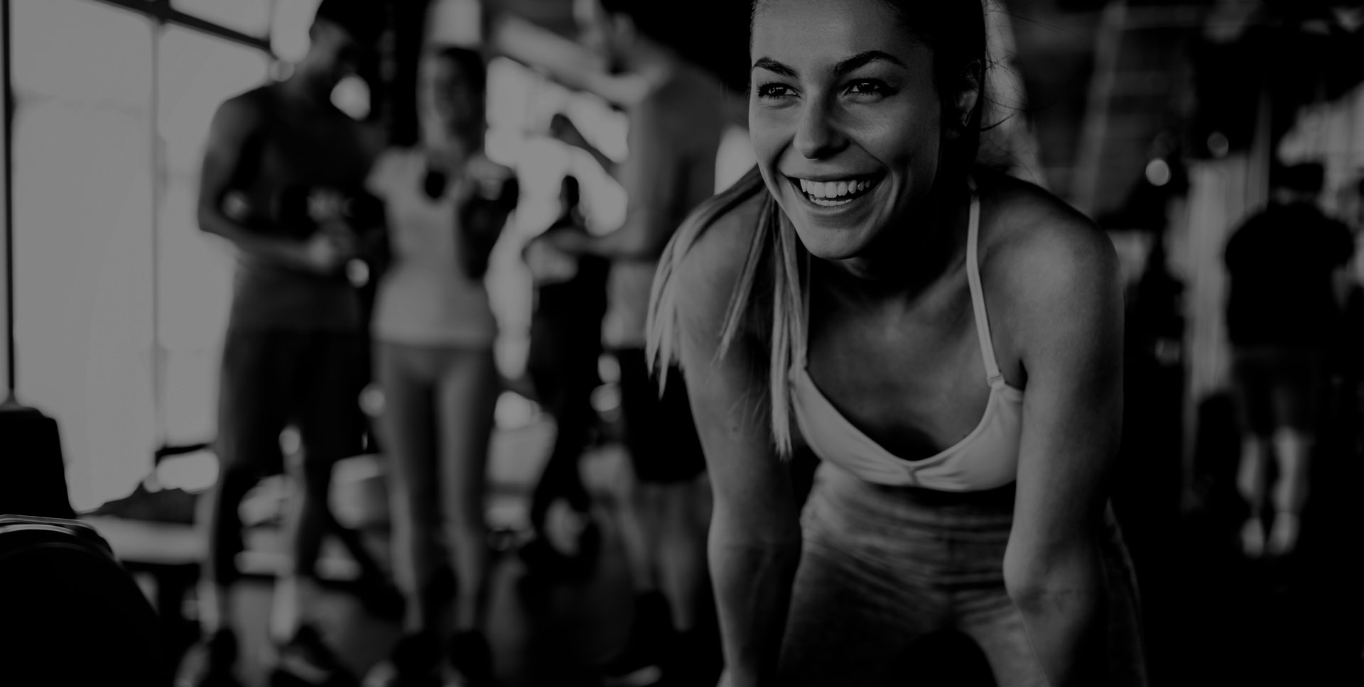 lachend meisje in de fitness